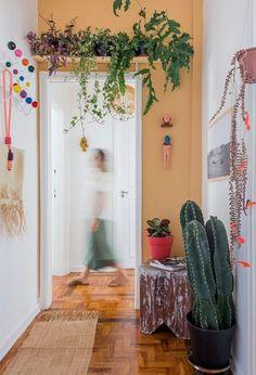 Hall de entrada com parede colorida, prateleira com plantas e vaso de cacto Decor, Interior, Home Decor, House Interior, Apartment Decor, Home Deco, Plant Decor, Bedroom Colors, House Colors