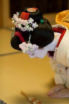 Maiko. Katsuna. #japan #kyoto #Geiko #geisha #maiko