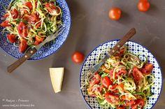 courgetti met kerstomaten, olijven en parmezaan