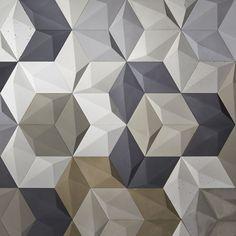 Fragment aranżacji ściany w showroomie Kliniki Betonu - Wzór Diament w kolażu wielu kolorów