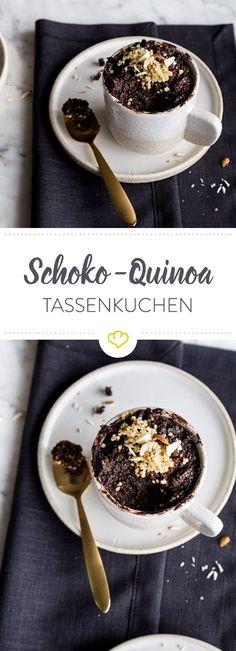 Wenn Quinoa mit Kakao, Chia Samen, Ei und dunkler Schokolade in der Tasse landet, steht 2 Minuten später ein warmer, gesunder Tassenkuchen auf dem Tisch.