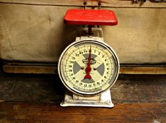 love old vintage kitchen scales...especially with the pop of red!