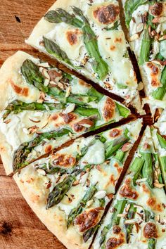 pizza - white with asparagus and almond Fancy Pizza, Veggie Pizza, Breakfast Pizza, Finger Foods, Food Dishes, Food Inspiration, Asparagus, Veggies, Food And Drink