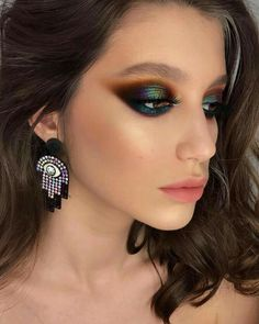 If you want to wear black eye makeup, you should be clear in your mind about how to apply black eyeshadow. Go through these tips for the best black eyeshadow looks. Glam Makeup, Makeup Inspo, Eyeshadow Makeup, Makeup Inspiration, Beauty Makeup, Smokey Eyeshadow, Makeup Geek, Yellow Eyeshadow, Eyeshadow Palette