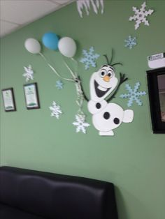 Frozen birthday party, Olaf and balloons wall decorations. cute!