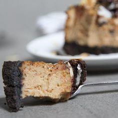 Wie heeft de pindakaas Oreo cheesecake al gemaakt? Het recept staat op eefsfood.nl!#oreo #cheesecake #eefsfood #pindakaastaart #hapje #taart #oreotaart