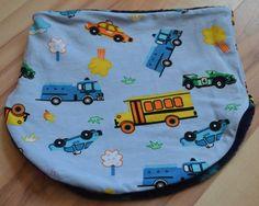 Gut dehnbare Halssocke für Kopfumfang 49-53inHellblau mit Autos und Bussen.Sieist aus weichem Jerseygearbeitet. Das Futter besteht aus kuschligem Fleec