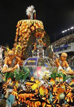 Segunda noite de desfile das escolas de samba de São Paulo (Foto: André Penner/AP) - http://epoca.globo.com/tempo/fotos/2015/02/segunda-noite-de-desfile-das-bescolas-de-samba-de-sao-paulob.html