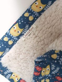 Als er baby's geboren worden maak ik standaard een babydekentje. Niet alleen omdat het snel klaar is en lekker zacht voelt maar ook omdat de afmetingen gewoonweg 'spot on' zijn. M… Sewing For Kids, Baby Sewing, Baby Needs, Cushions, Pillows, Merino Wool Blanket, Floral Tie, Sewing Projects, Baby Boy