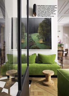 Dans le ELLE décoration de ce mois de septembre, vous pourrez découvrir l'appartement de l'architecte Elke Danet dans un hôtel particulier Napoléon III. Evidemment, tout le monde ne peut investir dans un tel endroit, mais on en retiendra le goût résolument moderne de l'aménagement et ce choix du vert allié au bois doré. Où que je Lire