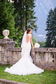 Avem placerea sa va prezentam unul dintre cele mai frumoase evenimente si anume o nunta la Castel Cantacuzino cu Flori si Bogdan. Castelul Cantacuzino din Busteni este o locatie magnifica pentru cuplurile ce vor sa isi uneasca destinele. Aceasta locatie de nunta pune la dispozitie, pe langa castelul in sine, o priveliste extraordinara ce creeaza cadrul de poveste. Castle Wedding The Bride Wedding Dress The Bride, Cabo, Mermaid Wedding, Wedding Dresses, Photography, Fashion, Bride Dresses, Moda, Bridal Gowns