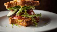 Sandwich « PBLT » (poulet-bacon-laitue-tomate)   Recettes   Signé M   Émission TVA
