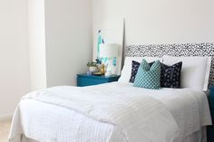 Have you seen those super cool tutorials on making a pallet headboard? An amazing DIY bedroom makeover all on its' own! (See 33 Homemade Headboards Below…so many ideas!) My love affair with DIY began several years back with a homemade headboard project just like this. I didn't have a lot of money, but I didn't want to fill my room with cheap bedroom furniture. I really, really wanted a unique headboard for my bedroom. Not having $400...