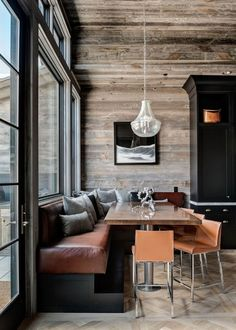 You can find this modern chalet design in the USA. The chalet is located near the ski resort. Chalet Design, House Design, Design Design, Banquette Seating In Kitchen, Dining Nook, Dining Table, Kitchen Benches, Booth Seating, Rustic Interiors