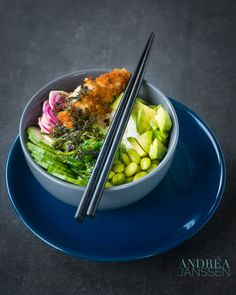 A sushi bowl with crispy sriracha chicken and delicious crispy vegetables, flavored with soy sauce. Truly a healthy lunch. Chicken Sushi, Sriracha Chicken, Crispy Chicken, Meat Recipes, Chicken Recipes, Drink Recipes, Sushi Bowl, Recipe Cover, Cooking For Beginners