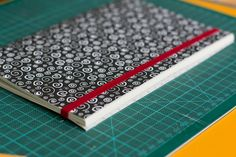 Entre no mundo da encadernação manual com essa costura fácil de fazer e descubra uma nova paixão. Confira o passo a passo dessa técnica nas fotos!