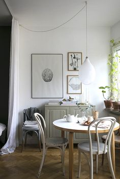 Discover the finest concepts for your minimalist dining room that matches your design as well as taste. Browse for outstanding pictures of minimalist dining-room for motivation. Decoration Inspiration, Dining Room Inspiration, Interior Inspiration, Decor Ideas, Room Ideas, Stil Inspiration, Sweet Home, Gravity Home, Small Space Storage
