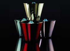 it - Multipot La lampada multipresa a forma di vaso. MultiPot è la prima lampada multifunzionale prodotta da Rotaliana. La forma del vaso, archetipo del contenere, combina una luce d'atmosfera a LED ad altre prestazioni: la multipla a 5 uscite, integrata nel coperchio, perde completamente il suo aspetto tradizionale; il vaso raccoglie gli alimentatori ed i cavi in eccesso; il coperchio funge da vassoio porta oggetti, luminoso e quindi visibile al buio.