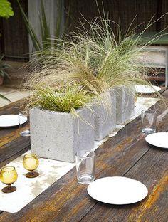 Des jardinières en parpaing pour décorer le chemin de table dans le jardin, La simplicité d'un décor champêtre !