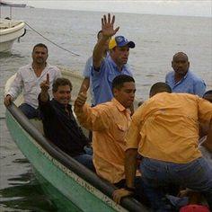 Capriles llega en peñero a Puerto Cabello1