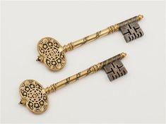Keys of Algiers given to the French by the Dey Hussein when the town surrendered on the of July Photo : Musée de l'Armée Antique Keys, Vintage Keys, Antique Gold, Under Lock And Key, Key Lock, Cles Antiques, Seal Of Solomon, Old Keys, Pretty Box