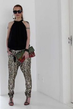 -blusa Lilly Sarti -calça Joulik -bolsa Etsy -sandálias Santa Lolla -relógio Julia Petit para Chilli Beans -anéis Mariah Rovery e Tiffanys -brincos Lolitta Sequin Pants, Julia, Girls Night Out, Look Fashion, Casual Chic, Ideias Fashion, Harem Pants, Dress Up, High Low
