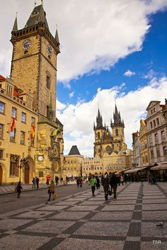 Travel in Czech Republic : Most Beautiful Places In Prague - Viral Planet Prague Old Town, Prague Castle, Amazing Places On Earth, Beautiful Places, Prague Travel, Prague Shopping, Prague Map, Prague Food, Shopping Travel