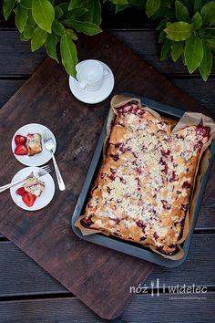 Ciasto ucierane z truskawkami, mascarpone i kruszonką