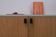 INK - Designet henter inspiration fra den amerikanske form og abstrakt kunstner Paul Kremer. Forsiden har en konveks form, som inviterer fingererne til at røre ved grebet. De bløde former fremhæves yderligere af materialet som det får grebet til at virke endnu mere organisk. Støbejern tilføjer tekstur til designet gør det både solidt og indbydende. Fra Furnipart
