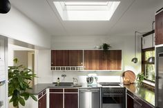 This VELUX roof window floods this single storey extension with daylight, which bounces off the sleek metal appliances and bright walls. Luz Natural, Natural Light, Single Storey Extension, Building A Kitchen, Bright Walls, Roof Window, Professional Kitchen, Curved Glass, House Extensions