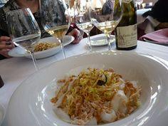 El Xató es una ensalada a base de escarola, bacalao, anchoas, boquerones, aceituna arbequina y salsa romesco. Es un plato típico de las comarcas del Alt Penedès, el Baix Penedès y el Garraf. Una ruta básica pasa por El Vendrell, Comaruga, Vilanova i la Geltrú y Sitges.