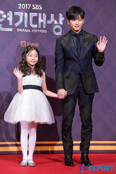 Best Couple in my books for SBS is the adorable Shin Rin Ah and Kim Min Suk who were the sweetest things in Defendant. They walked the red carpet together which is just sooooooooooo cute! Kim Hee Sun, Ji Chan Wook, Jo In Sung, Gumiho, Upcoming Series, Han Hyo Joo, Look Magazine, Asian Love, Joo Hyuk