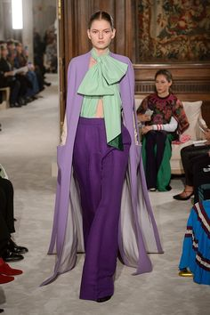 The latest Valentino collection was the talk of Couture Fashion Week : Regal clothes and fantastical headwear Purple Fashion, Fashion Colours, Colorful Fashion, Look Fashion, Runway Fashion, Fashion Show, Fashion Outfits, Fashion Tips, Fashion Weeks