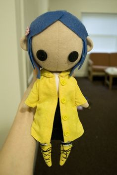It's raining outside and I'm too impatient to wait for good natural light so have a kind of terrible photo! Other Coraline doll for a plushie trade! Here is an alternate view. Coraline Jones, Coraline Doll, Tim Burton, Jugend Mode Outfits, Plushie Patterns, Mask Shop, Neil Gaiman, Creepy Cute, Felt Dolls
