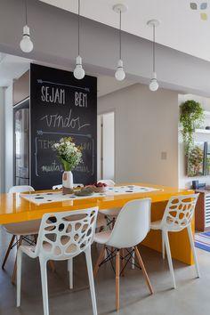 [ CAROL TASIRO ] APTO GUA • A composição de dois modelos diferentes de cadeira deram uma graça à mesa de jantar!