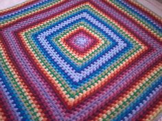 Hoy os traigo una de las mantas más fáciles rápidas y sencillas de tejer, es un cuadrado o granny. Se comienza por el centro y se va realizando un cuadrado, hasta tener la medida deseada. Esta mant...