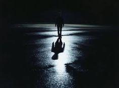 Resultado de imagen para alguien en la oscuridad