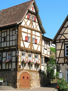 Museum of Local History in a half-timbered house in Strümpfelbach (Weinstadt), a town in the Rems-Murr district (Baden-Württemberg, Germany). Located about 15 km east of Stuttgart. German Houses, German Village, Visit Germany, Germany Travel, Beautiful Buildings, Beautiful Places, Estilo Tudor, German Architecture, Medieval Houses