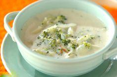 ブロッコリーをクタクタになるまでゆでた、ビタミンが豊富なスープ。ブロッコリーの茎も入れてOK! Cheeseburger Chowder, Soup, Soups