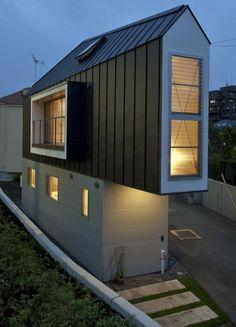 """Soms zie je een klein huisje en denk je: """"Goh, ik hoop dat de bewoners geen claustrofobie hebben"""". Bij deze woningin Japan zou je dat ook denken, tot je er binnenstapt. Kijk zelf maar! De woning is maar 55 m² en toch is er een groot ruimtegevoel. Het ligt tussen een rivier en een weg."""