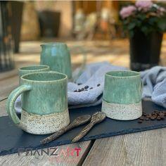 ... diese mattglänzende Steinzeugglasur auf einem Ton mit Spots verbreitet gute Laune und macht Lust aus mehr. Auch Kaffee lässt sich daraus hervorragend trinken. #handmadepottery #töpfernmachtglücklich Good Mood, Tablewares, Kaffee