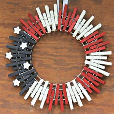 Patriotic Red White and Blue Clothespin Wreath - Kicking It With Kelly Patriotic Wreath, Patriotic Crafts, Patriotic Decorations, July Crafts, Wreath Crafts, Diy Wreath, Mesh Wreaths, Wreath Ideas, Wreath Making