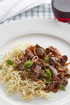 Vermicelli s kuřecími jatýrky a rajčatovou omáčkou Spaghetti, Celebrity, Beef, Ethnic Recipes, Meat, Celebs, Noodle, Steak, Famous People