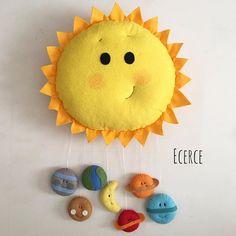 Güneş'in kapı süsü #keçe #kece #felt #feltro #fieltro #kapisusu #kecekapisusu #ecerce #tasarim #babyroom #babyroomdecor #elyapimi #handmade #hediye #babyshower #bebekodasi #baby #dogumhediyesi #hosgeldinbebek #bebekhediyesi #craft #feltcraft #nursery #nurserydecor #gunes #sun Cat Art, Fendi, Crafts, Handmade, Craft Ideas, Stitch, Instagram, Crochet, Feltro