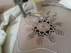 Dantelin# kumaşa #makine ile montajı Embroidery Works, Machine Embroidery, Cut Work, Diy Curtains, Straw Bag, Sewing Projects, Singer, Craft, Embroidered Lace