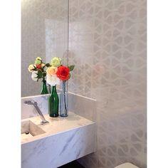 O melhor jeito de começar um dia, para nós, é receber fotos da decoração fofa feita pelo cliente! Adoramos as flores trazendo alegria e vida ao banheiro social! 😍 #arquitetura #design #interiores #instadecor #architecture #fabricaarquitetura #recife #decor #decoração #homedesign #homestyle #instacool #webdecor