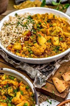 Vegan Curries: Easy to make using the Instant Pot or Stovetop, this comforting Cauliflower Potato Curry is packed full of aromatic spices and powerhouse veggies. Tasty Vegetarian Recipes, Curry Recipes, Healthy Recipes, Vegan Meals, Vegan Food, Paleo, Cauliflower Potatoes, Cauliflower Curry, Cauliflower Tortillas