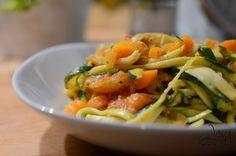 Zucchini-Nudeln mit Gemüsesauce #detoxkochwelt