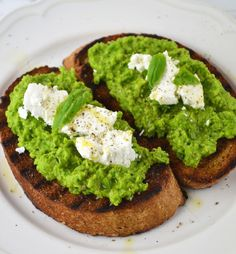 Make this Pea Pesto and Goats' Cheese Bruschetta for a fantastic lunch or snack it's utterly delicious! www.insidetherustickitchen.com