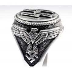 """Большая и массивная печатка с двойной руной """"Зиг"""" называют """"кольцом победы"""". По краям щитка расположены имперские орлы. Стильное и красивое кольцо из серебра 835-ой пробы."""